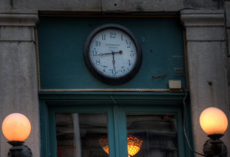 l'Usine de Spaghetti Restaurant clock