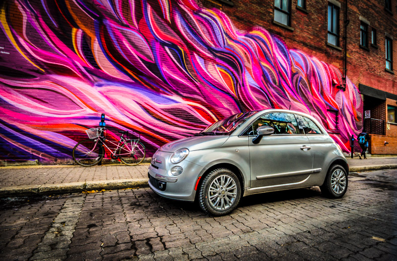 Fiat 500 in front of the Lignes et Couleurs mural