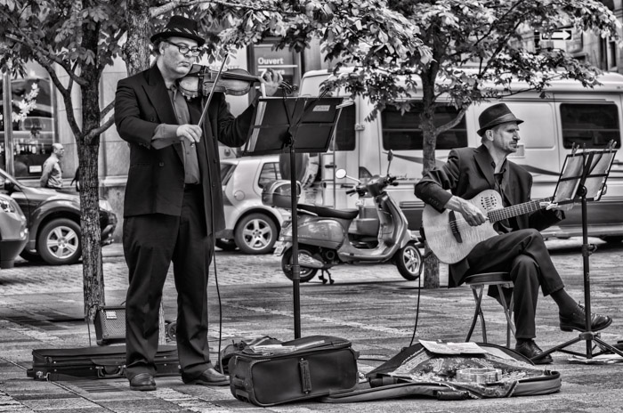 Music duo in Place d'Armes